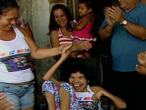 Mãe fica emocionada ao receber cadeira de rodas para filha em VV ...