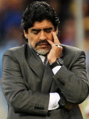 No aniversário de 40 anos de sua estreia, Maradona exalta ídolos ...
