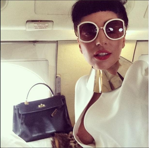 Lady Gaga publica foto e deixa seio à mostra durante viagem ...