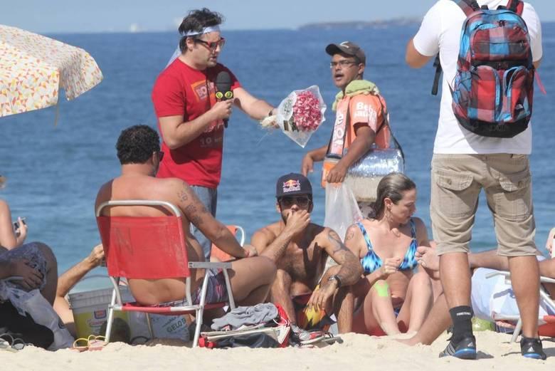 Luana Piovani fica brava com a presença do Pânico na praia | Folha ...