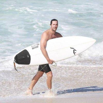 Ator Vladimir Brichta exibe corpão sarado em manhã de surfe ...