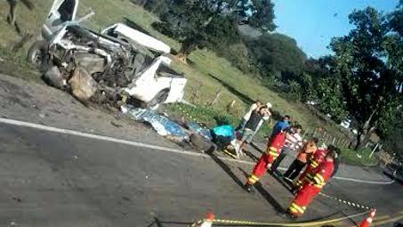 Batida entre carreta e caminhonete deixa dois mortos e um gravemente ferido em Guarapari