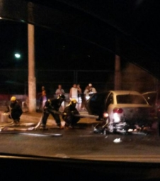 Moto pega fogo após bater em veículo