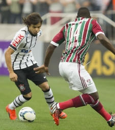 Corinthians arranca empate do Fluminense