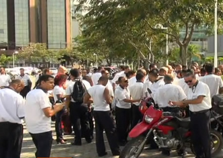 Passeata de motoristas e cobradores em greve interdita trânsito em ...