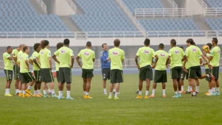 Dunga divulga a lista de convocados da Seleção Brasileira sem jogadores que atuam no Brasil