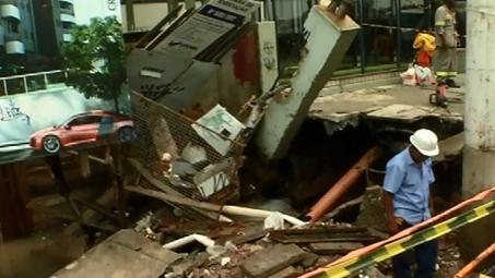 Jardim Camburi é castigado pela chuva: cratera é aberta no asfalto e carros ficam debaixo d'água