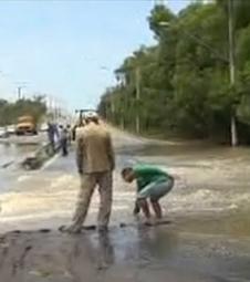 Água invade pista e interdita a ES-010