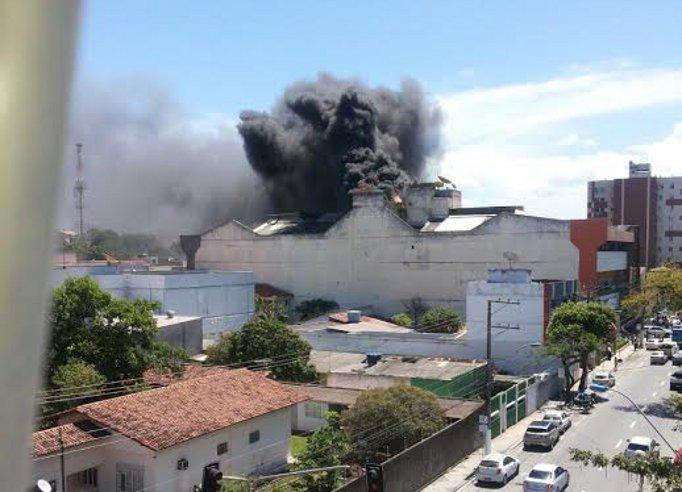 Incêndio atinge shopping de Vila Velha e causa pânico entre ...