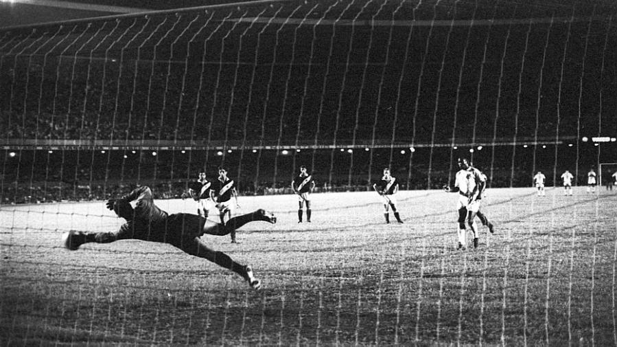 Milésimo gol marcado por Pelé completa 45 anos | Folha Vitória