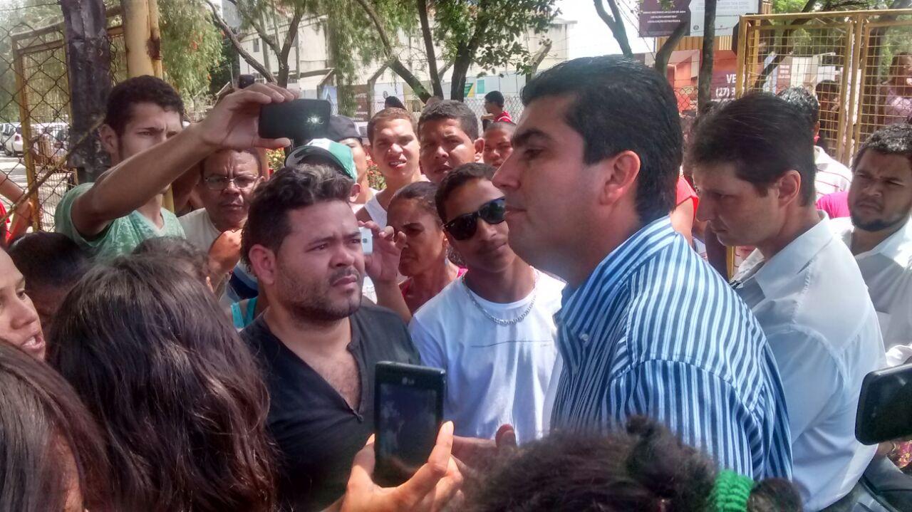 Prefeitura de Aracruz é desocupada após protesto por corte de ...
