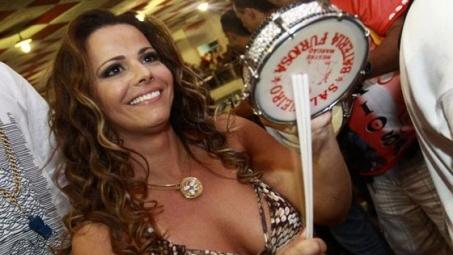 Com muito samba no pé, Viviane Araújo esquenta final de semana dos capixabas