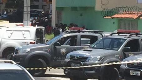 Reféns vivem hora de terror nas mãos de bandidos durante assalto a farmácia em Vila Velha