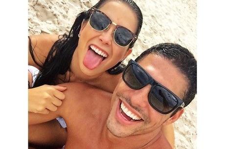 Débora Lyra curte praia carioca com namorado | Folha Vitória