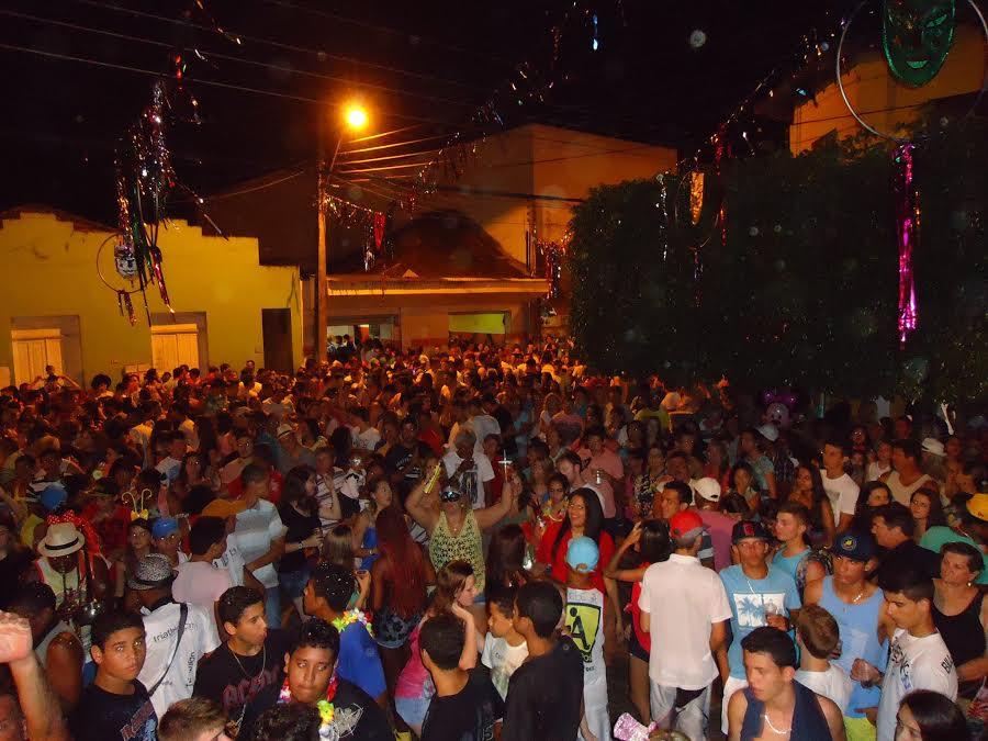 Ao som de marchinhas, bloco atrai 3 mil foliões a Santa Teresa - Folha Vitória