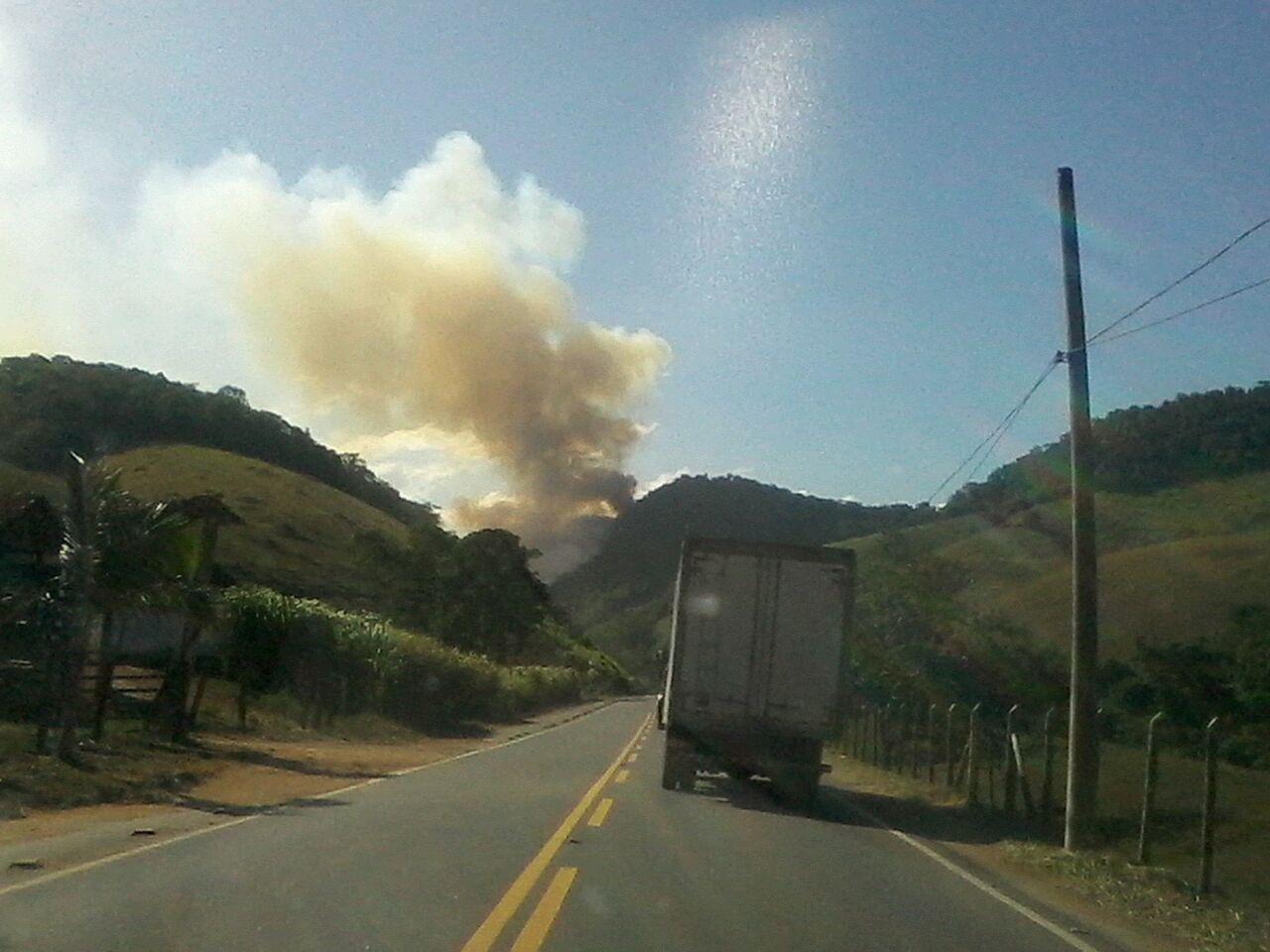 Incêndio atinge vegetação e assusta moradores de Santa Leopoldina - Folha Vitória
