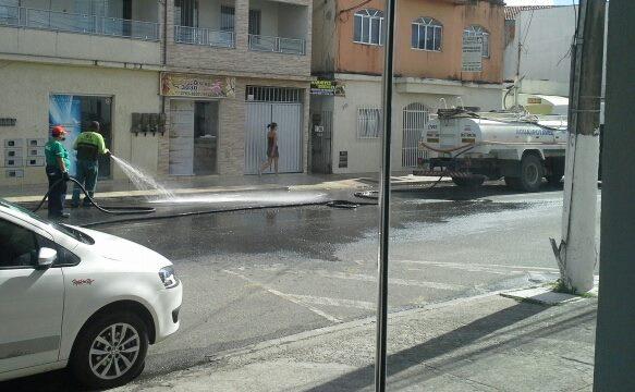 Desperdício! Prefeitura de São Mateus lava rua com água de ... - Folha Vitória