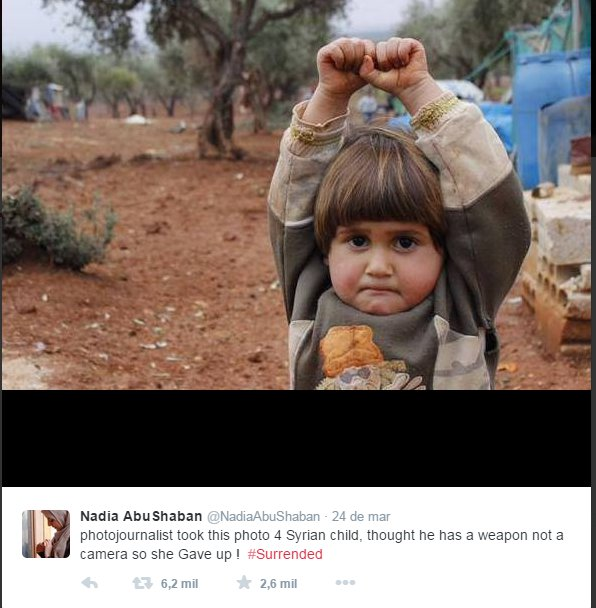 De partir o coração: a criança fez sinal de rendição ao confundir câmera com uma arma