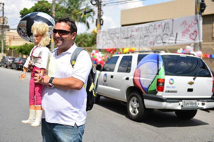 Repórter da Globo é suspenso após tietar Xuxa na porta da Rede ...
