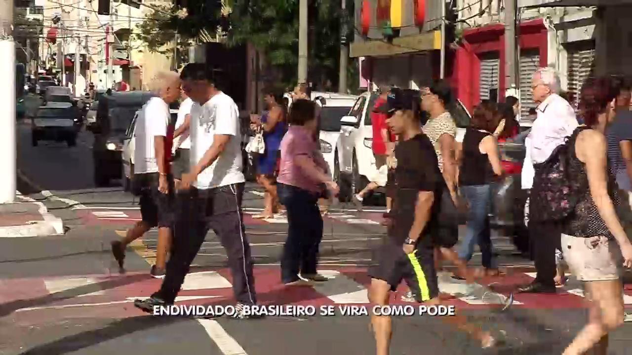 Endividado, brasileiro se vira como pode | Folha Vitória