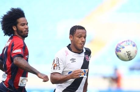 f949bdd090 Marcinho disputa a bola com jogador do Bonsucesso em vitória suada do Vasco  no Engenhão Foto  R7