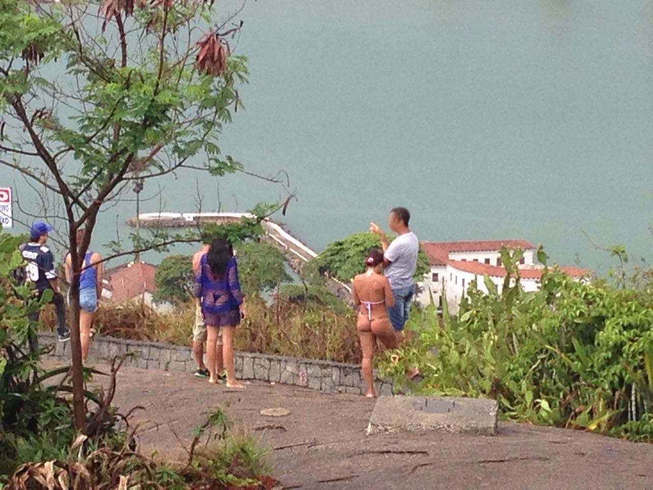 Que pecado! Turistas desinibidas são flagradas de biquíni dentro do ...