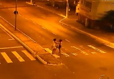 Câmeras de videomonitoramento flagram briga de mulheres no ...