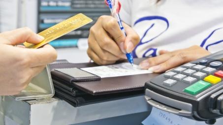 Quase 30% dos inadimplentes brasileiros contraíram dívidas por outros