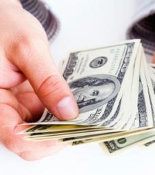Dólar encerra o dia em queda de quase 0,5%
