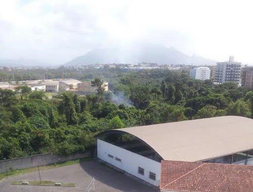 Foco de incêndio em Jardim Camburi preocupa moradores
