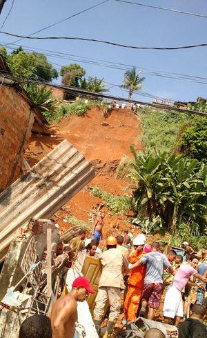 Morre adolescente resgatado de escombros após chuva em Salvador
