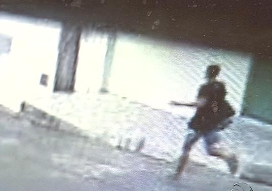 Polícia divulga imagens do principal suspeito de espancar idosa em ...