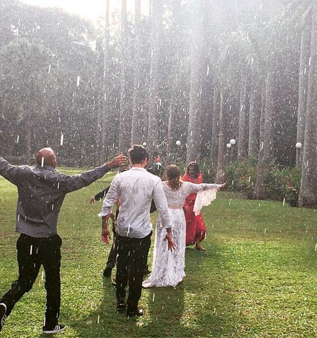 Ainda vestida de noiva, Preta Gil dança na chuva com amigos após ...