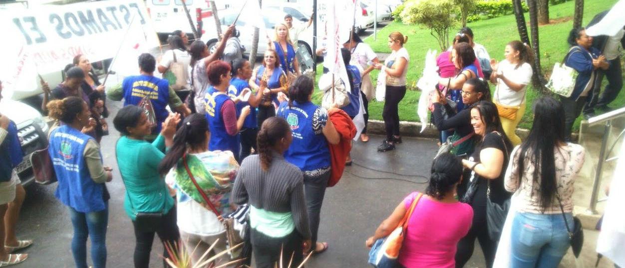 Os manifestantes se concentraram na frente da sede da prefeitura de Viana, na Grande Vitória (Crédito: Luciano Coelho/WhatsApp Folha Vitória)