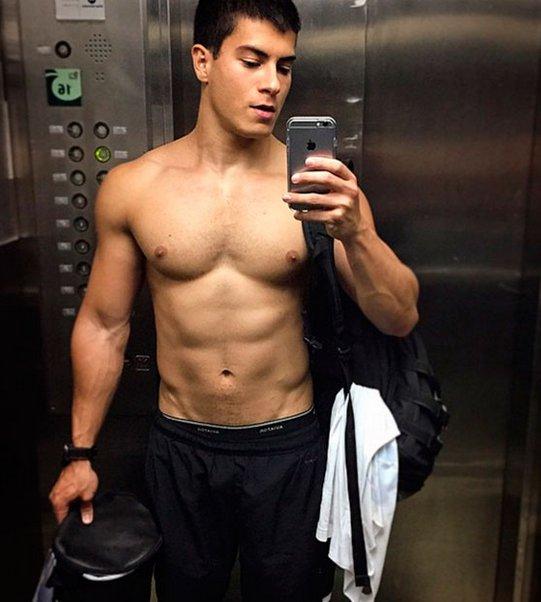 Arthur Aguiar exibe tanquinho em selfie e fãs elogiam | Folha Vitória