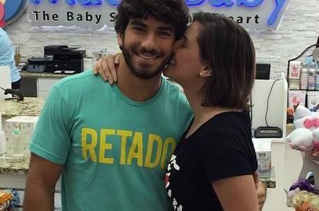 Deborah Secco e Hugo Moura fazem compras em Orlando | Folha ...