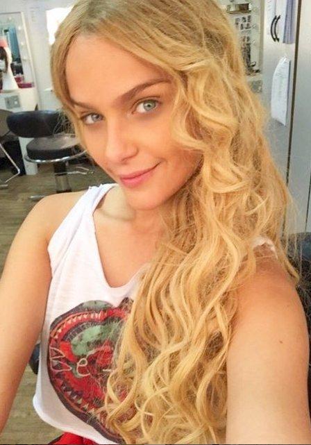 Loira e de cabelos longos, Isabella Santoni muda visual e ...