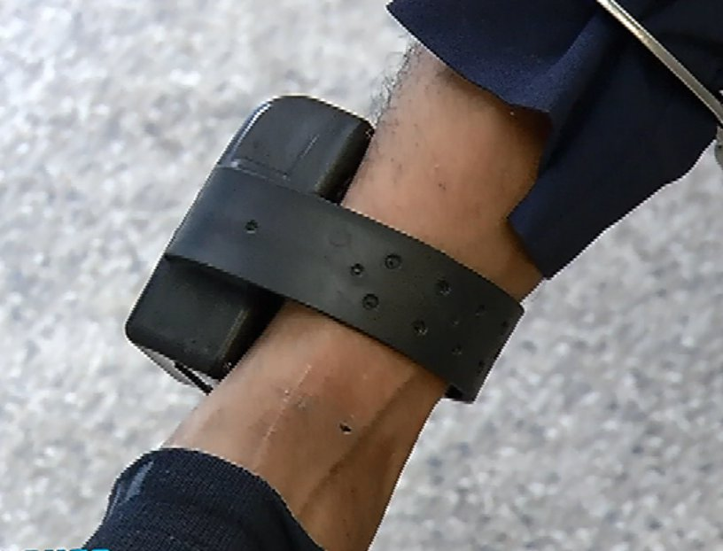 O suspeito usava tornozeleira eletrônica e disse que assaltou para pagar dívida de drogas