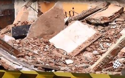 Casa de três andares desaba e fere adolescente no Morro dos ...