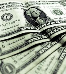 Dólar volta a fechar no maior nível em 12 anos
