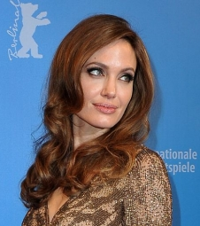 Angelina mostra apoio às vítimas de violência sexual