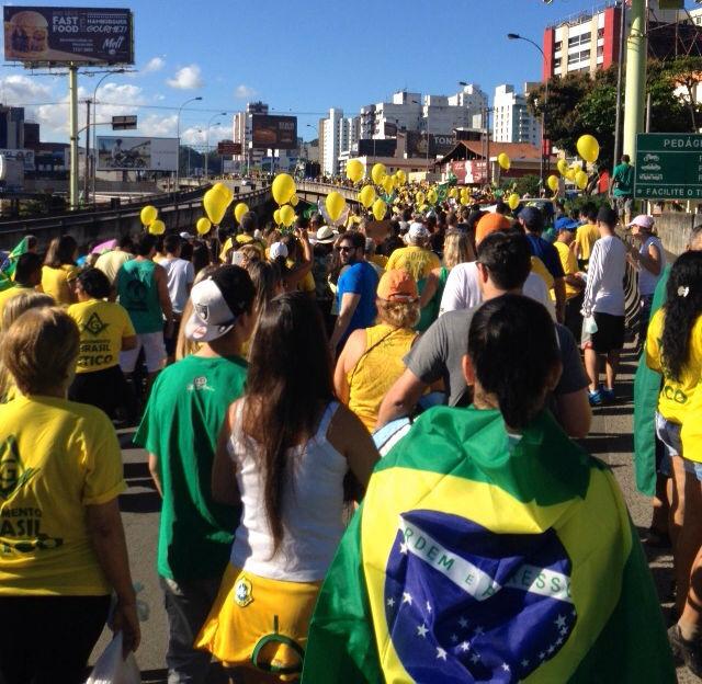 Cerca de 40 mil pessoas v o s ruas em vit ria em protesto for Camping cerca de vitoria
