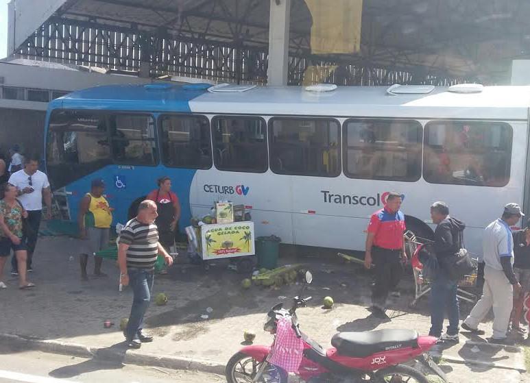 Ônibus invade estação de trem, deixa feridos e um morto em grave ...