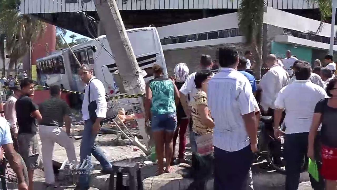 Vídeo mostra mulher na calçada antes de ser atropelada por ônibus ...