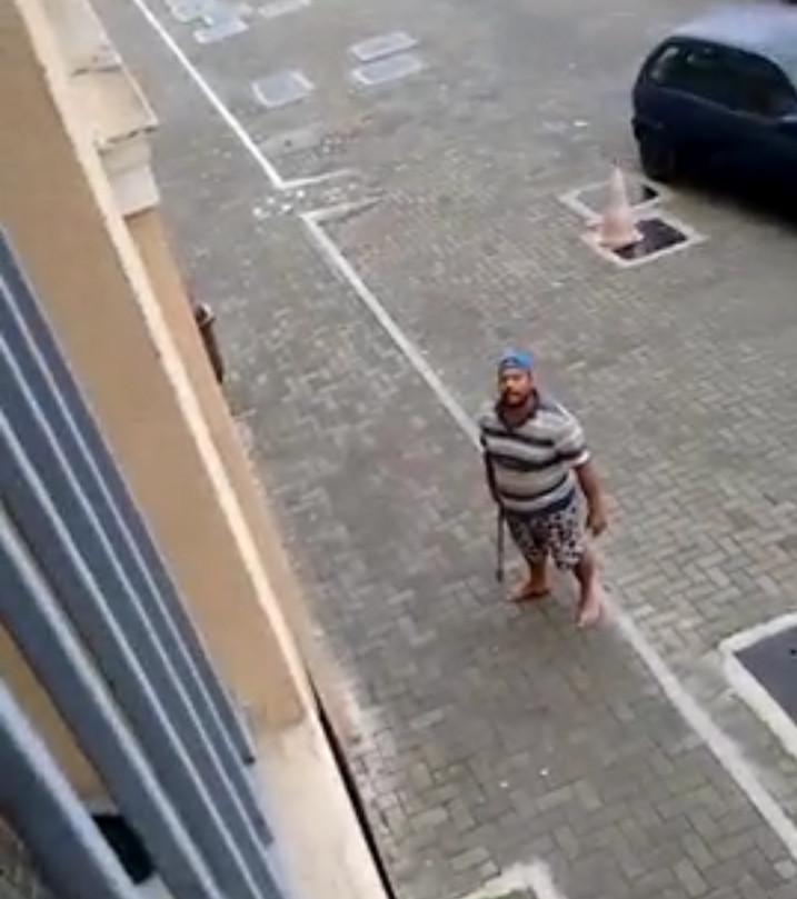 Homem ameaça vizinho com machado durante briga por causa de ...
