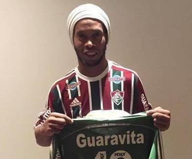Ronaldinho rescinde contrato e deixa de ser jogador do Fluminense ...