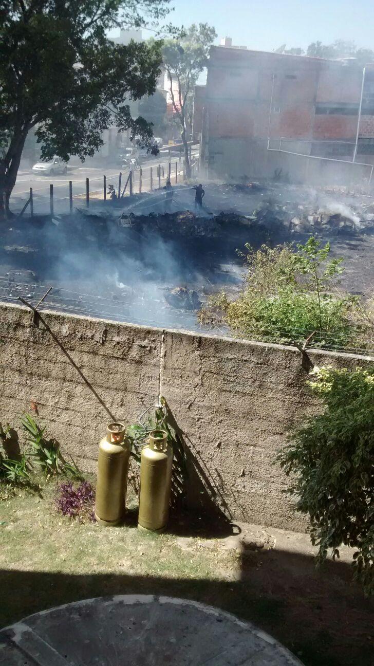 Incêndio em terreno na Serra põe moradores de condomínio em risco