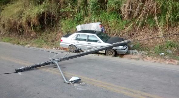 O veículo Santana foi encontrado sem o motorista que foi socorrido por populares.