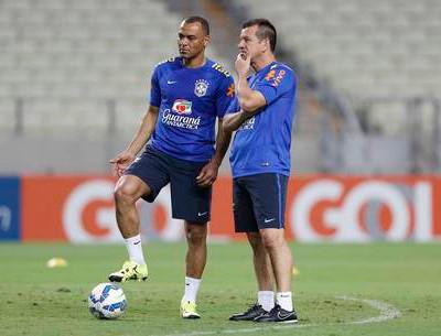 Sob desconfiança da torcida, Brasil quer 'dar e receber' carinho em ...
