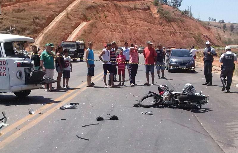 Moto bate de frente com Kombi e casal morre na hora em rodovia ...